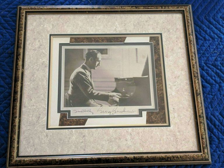 SIGNED PHOTOGRAPH. George GERSHWIN.